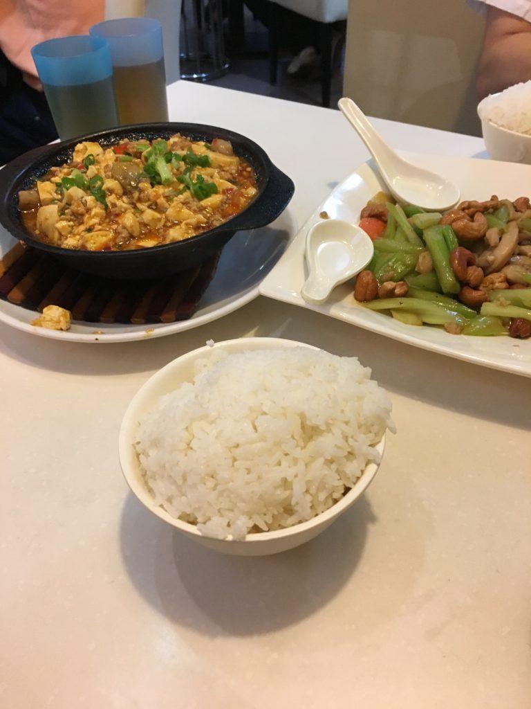 中心部から離れた地元の方も多い場所で晩飯。美味かったです