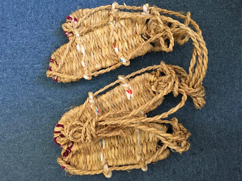 お預かりしている佐藤先生の遺品のひとつ、二足の草鞋。教え子の一人から先生に贈られたもの。1986年に受け取ったとのメモあり。