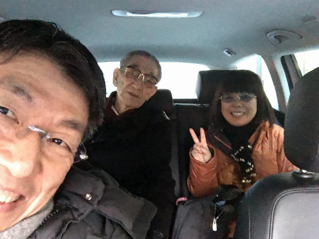 父と上山と私。先月、とあるヨガサークルでの講演会に向かった際。