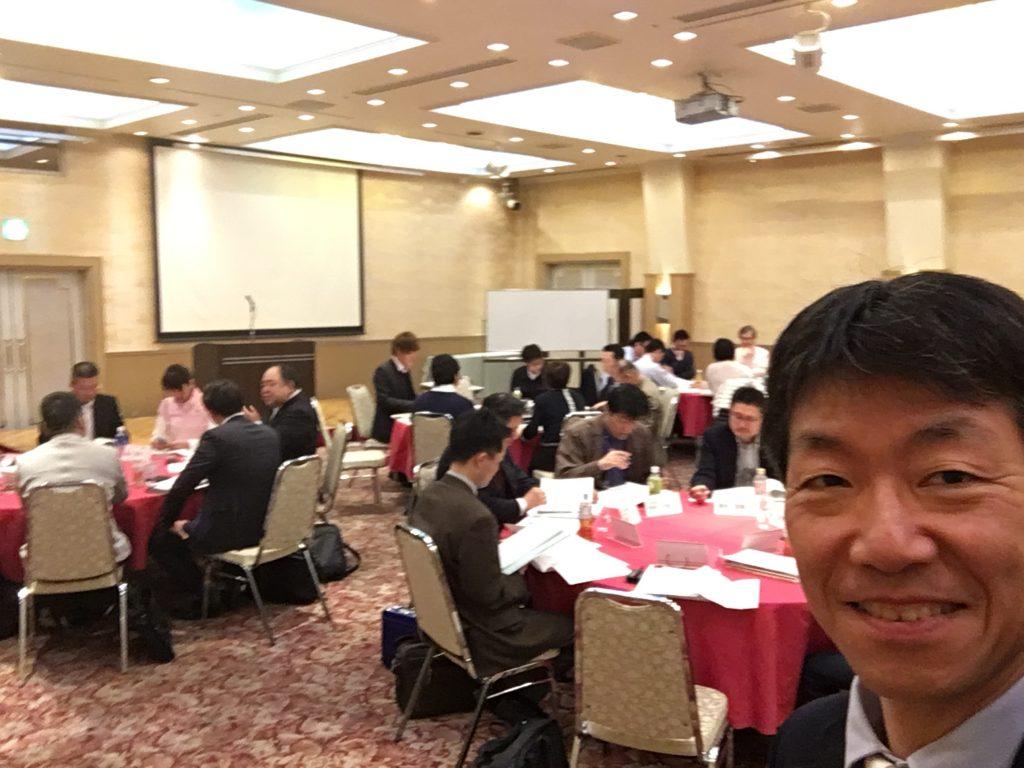 5名ずつの5グループ、各グループに2~3名の委員が加わった第一講の様子。