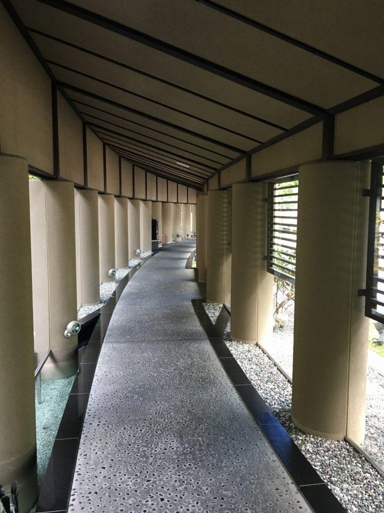 宿泊棟に向かう回廊。水の謌のイメージされるサウンドが静かに流れていました。