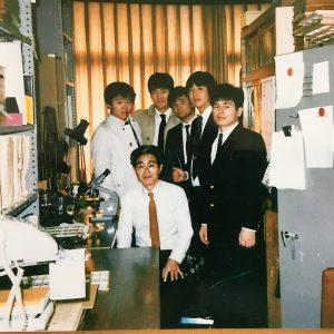 確か卒業式の日に同期何人かで佐藤先生の研究室にお邪魔した時の写真。先生の笑顔、素敵だなぁ。