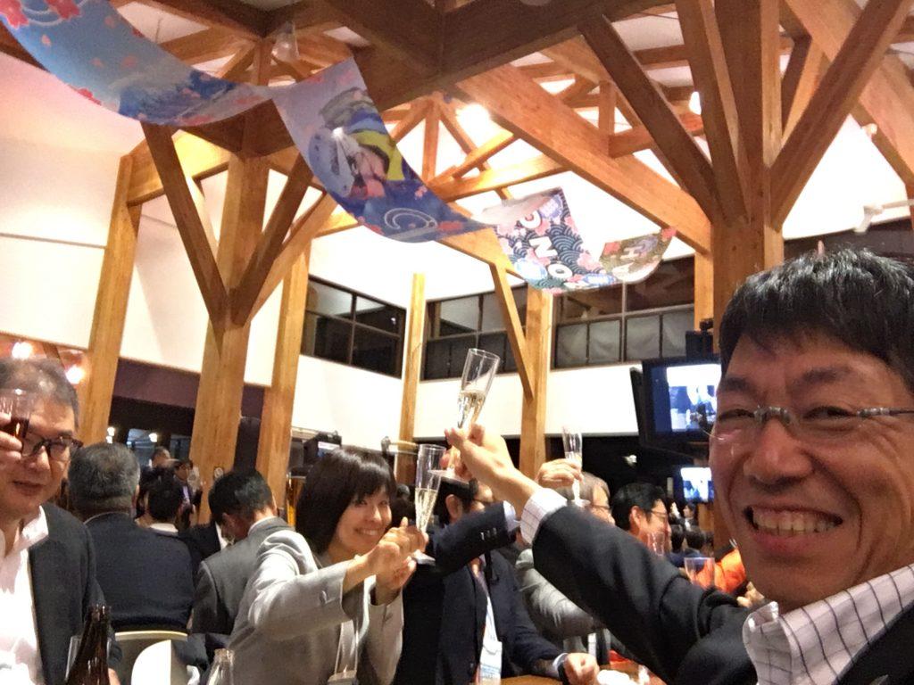500人が参加する懇親会。ここはスキー場のレストラン。冬には外国人で一杯になるそうです。